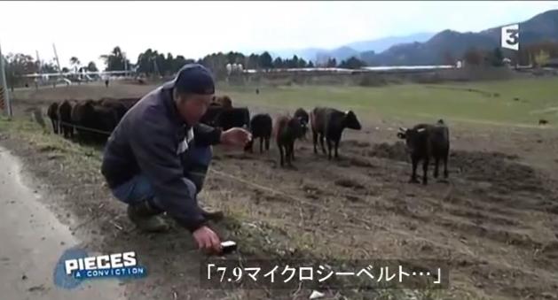 写真:線量を計る福島県の農夫 出典:フランスFR3放送「フクシマ・地球規模の汚染へ」