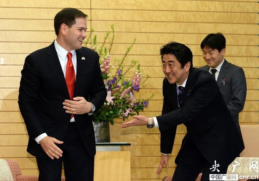 写真(アメリカの議員にペコペコする安倍総理) 出典:http://news.sina.com.cn/w/p/2014-01-21/233429310152.shtml