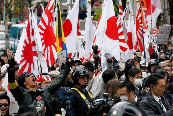 写真(在日韓国人に対して抗議する人々) 出典:ウォールストリートジャーナル