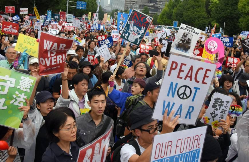 写真(安保法制への抗議) 出典:ジャパンタイムズ
