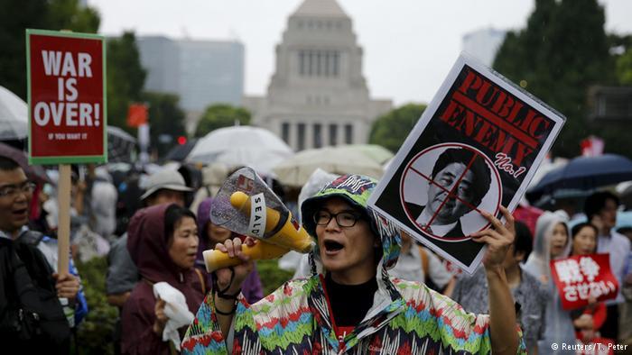 写真(安保法制への抗議) 出典:ロイター