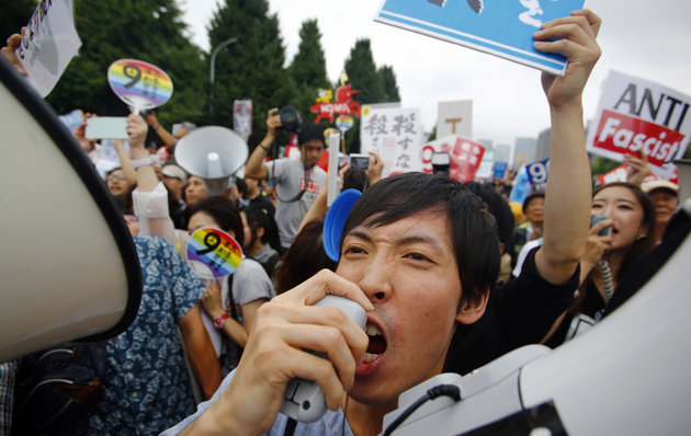 写真(安保法制への抗議) 出典:AP