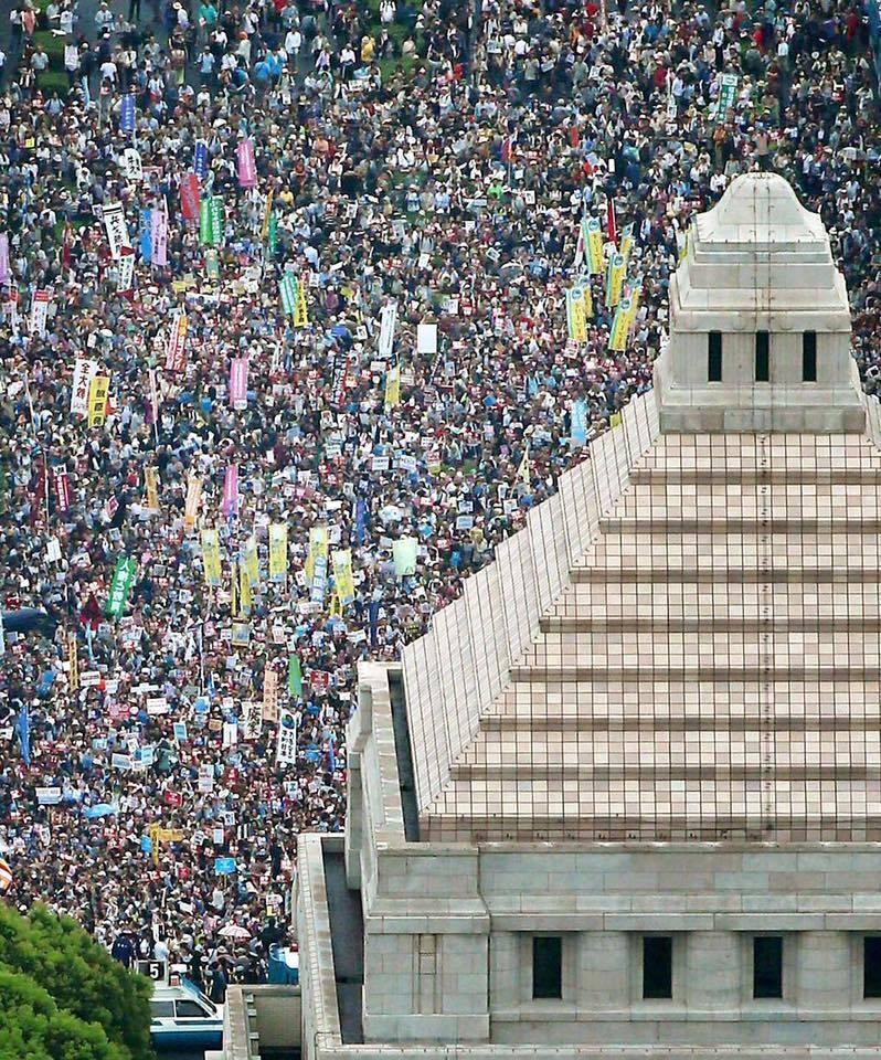 写真(安保法制への抗議) 出典:KYODO