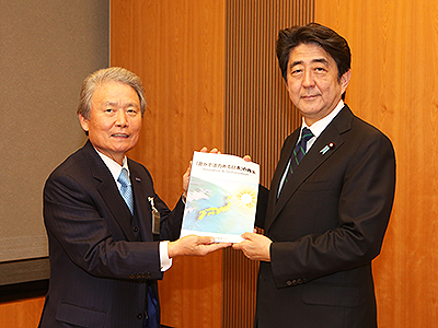 写真(安倍首相に経団連ビジョンを手渡す榊原会長(左)) 出典:経団連のホームページ