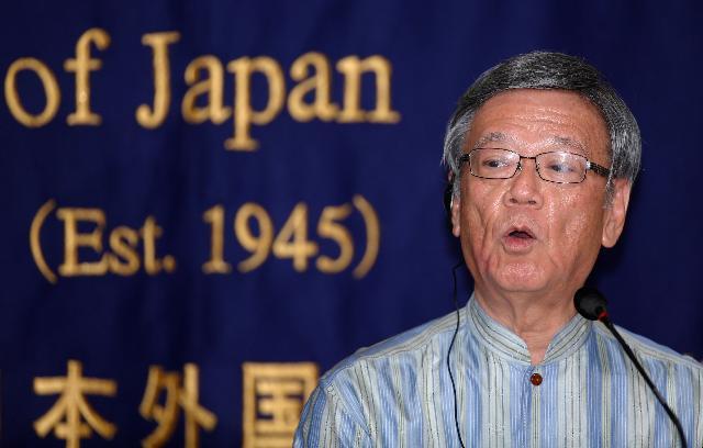 写真(日本外国特派員協会で記者会見する翁長知事) 出典:AP Photo/Shizuo Kambayashi