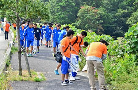 写真(福島県の国道6号での清掃活動) 出典:福島民報