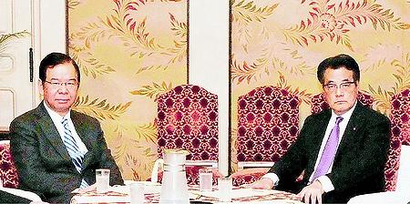 写真(党首会談を行う志位委員長と岡田代表) 出典:赤旗