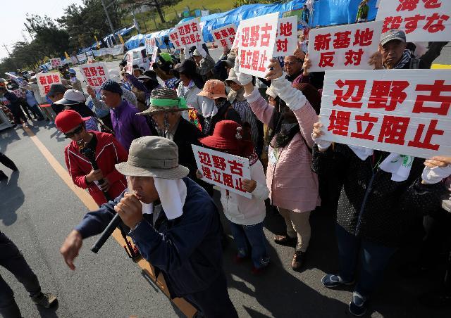 写真(辺野古埋め立てに抗議する人たち) 出典:AP Photo/Eugene Hoshiko