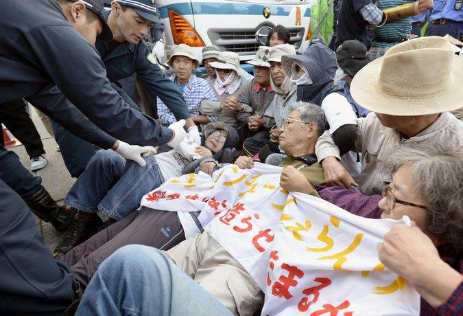 写真(辺野古への基地建設に反対する沖縄県民たち) 出典:Kyodo/Reuters