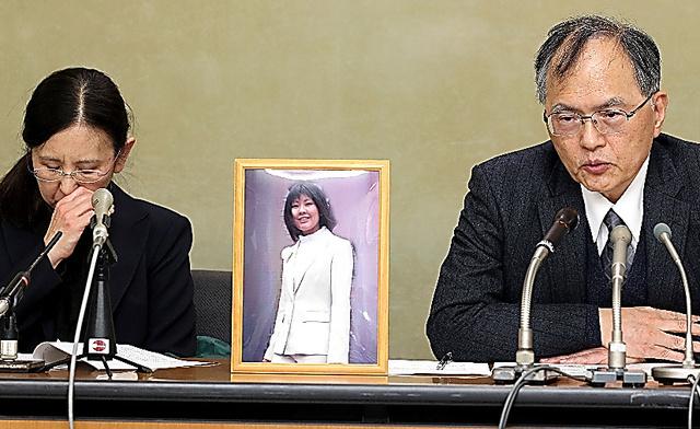 写真(ワタミで過労自殺に追い込まれた犠牲者とその遺族) 出典:朝日新聞