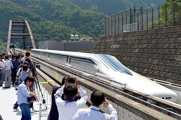 写真(リニア新幹線のテスト走行) 出典:Asahi.com