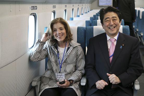 写真(リニア新幹線に試乗する安倍総理とケネディ駐日大使) 出典:ウォールストリートジャーナル