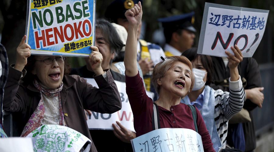 写真(国会前で辺野古基地建設に反対する人々:RT掲載) 出典:Issei Kato / Reuters