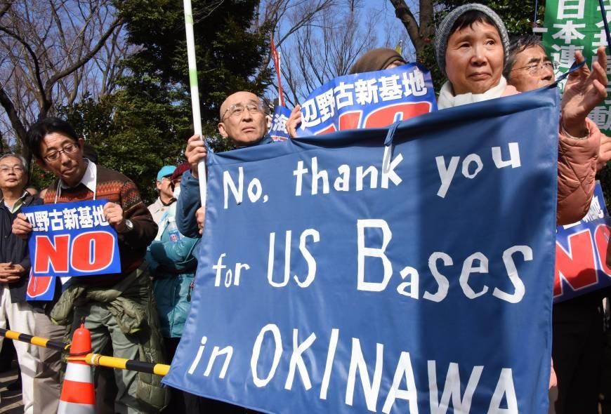 写真(辺野古基地建設に反対する人々:ジャパンタイムズ掲載) 出典:AFP-JIJI