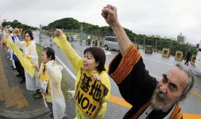 写真(普天間基地前で抗議する人々:International Business Times掲載) 出典:Reuters