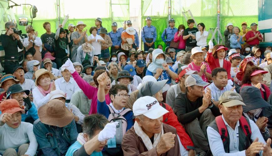写真(米軍基地に抗議する沖縄の人々) 出典:ジャパンタイムズ