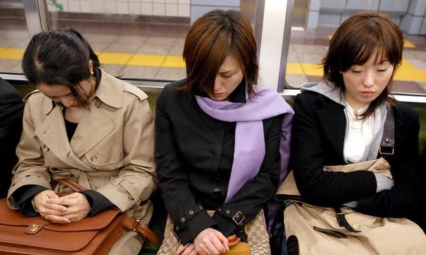 写真(東京都内の通勤客) 出典:Andy Rain/EPA