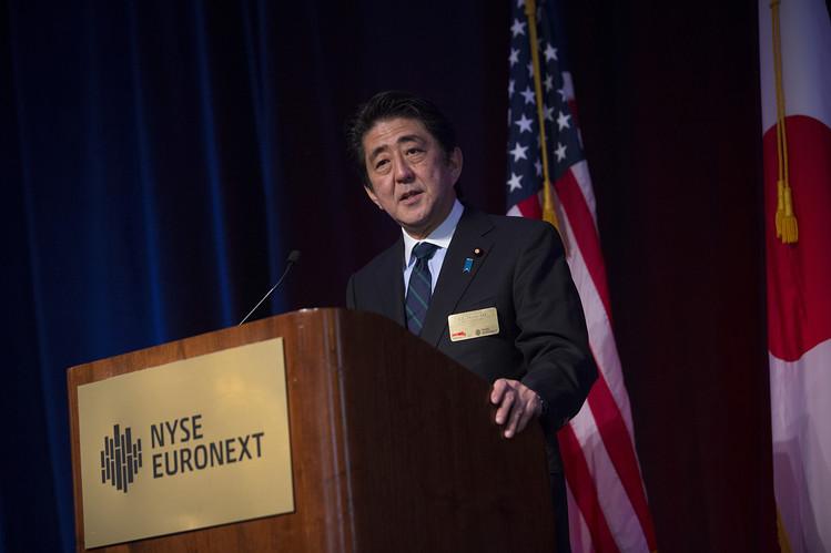 写真(ニューヨークで演説する安倍総理) 出典:ウォールストリートジャーナル