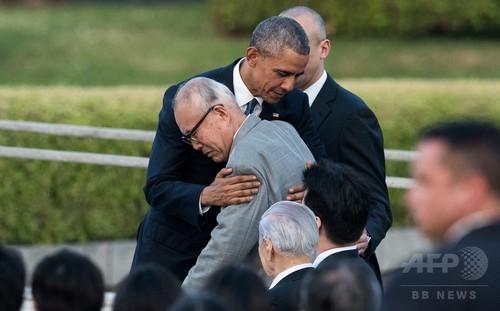 写真(広島の被爆者を抱擁するオバマ米大統領)