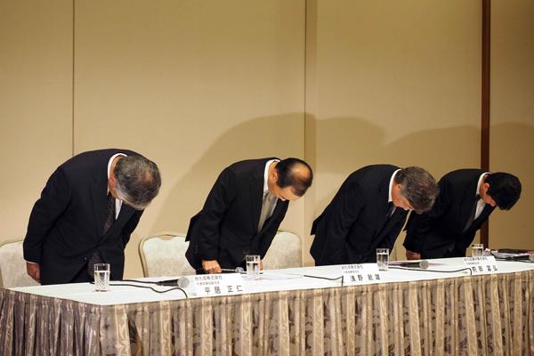 写真(謝罪会見で頭を下げる旭化成グループの首脳陣) 出典:NEWSポストセブン