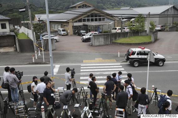 写真(津久井やまゆり園での事件を取材する記者たち)