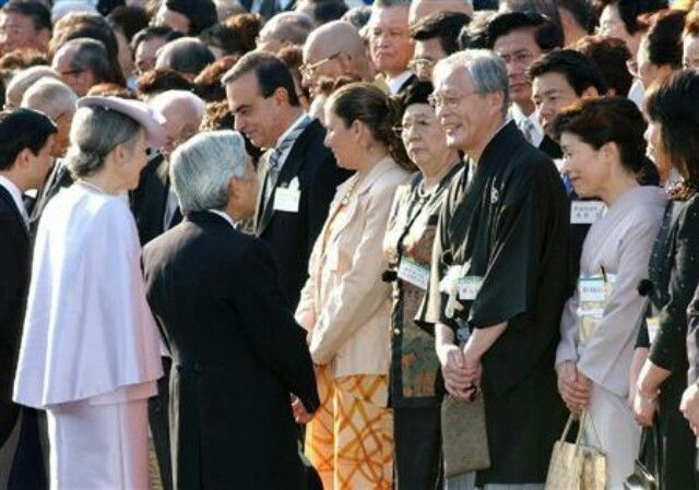 写真(2004年秋の園遊会で、君が代斉唱を強制しないよう述べる天皇)