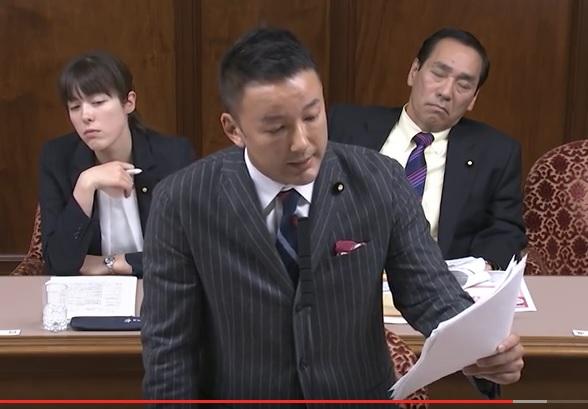 写真(福島原発事故避難者の問題を追及する山本太郎議員) 後ろの、やる気のない表情を見せている二人は誰でしょう?