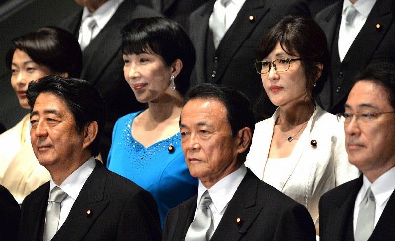写真(安倍内閣の閣僚たち) 出典:毎日新聞