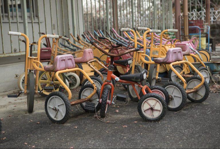 写真(富岡町の保育園で放置された三輪車)
